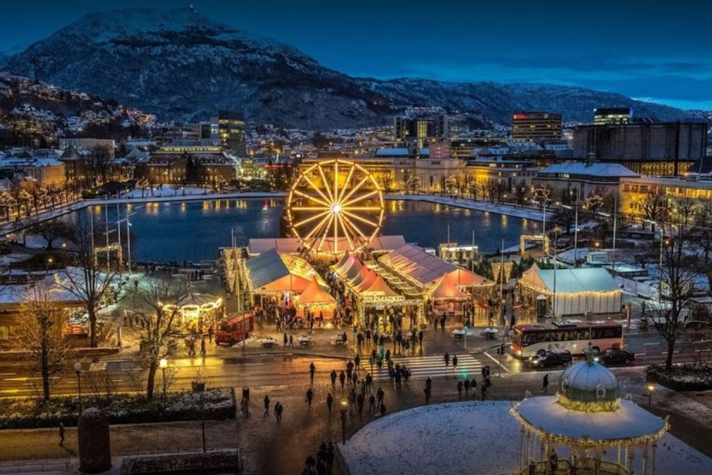 Bergen Christmas market is from 29.11. to 22.12. You will find more than 60 exciting exhibitors with exciting Christmas gifts. On Christmas market there are 12 new local exhibitors each day. Many exhibitors serve delicious hot dishes that can be enjoyed.