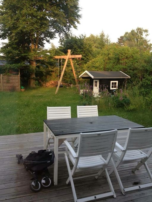 The terrasse and the small kids house.