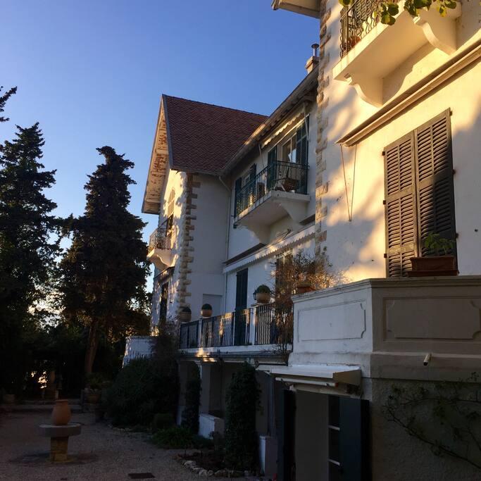 Résidence - l'appartement est au centre balcon du haut