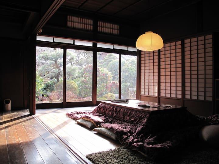 一棟貸し切り。築百年の本格日本家屋のゲストハウスの一棟貸し!気兼ねなく暮らすようにご滞在下さい。