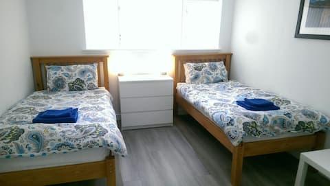 Twin Room Medium with Bathroom near M74