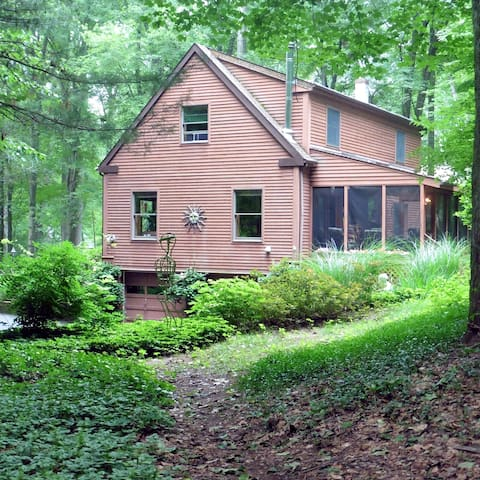 Cozy room in lovely home in woods.  - New Paltz