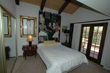 Guest bedroom #1 (4 beautiful additional bedrooms )