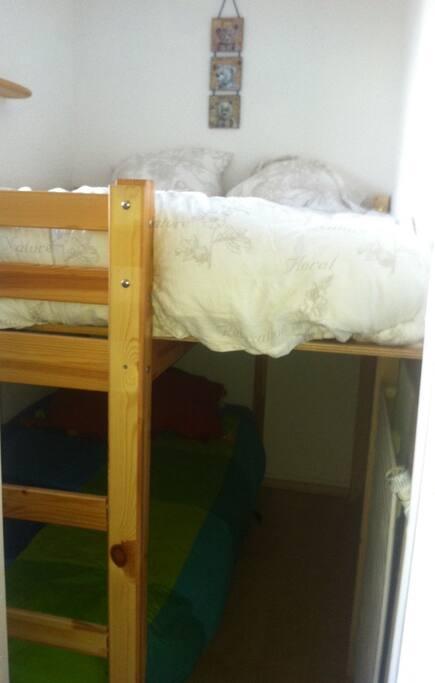 Chambre avec 1 lit double en haut et 1 lit simple en bas (lits superposés)
