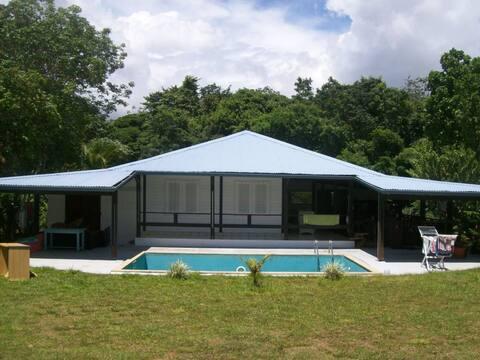 Chambre climatisée avec vue sur la piscine, calme!