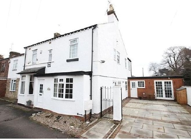 1881 Cottage, 1 min walk to village & transport. - Wirral