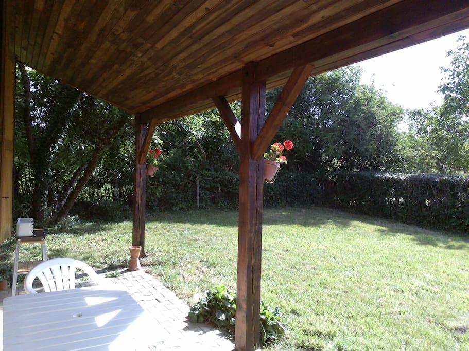 Terrasse et espace en herbe clos