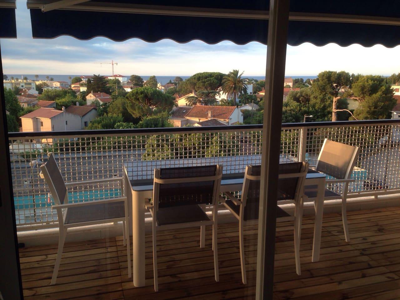La table sur la terrasse est placée devant la baie vitrée de la cuisine ce qui permet de servir et desservir très rapidement avec une vue imprenable...