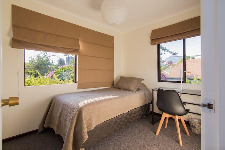 Habitación luminosa en casa familiar.