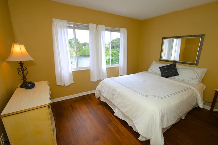 Lakeside Queen Room- 10 mins from DT Orlando