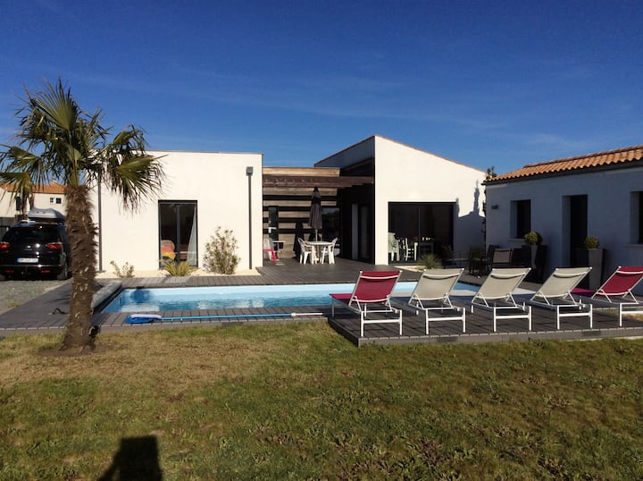 Family House with heated swimming pool near beach