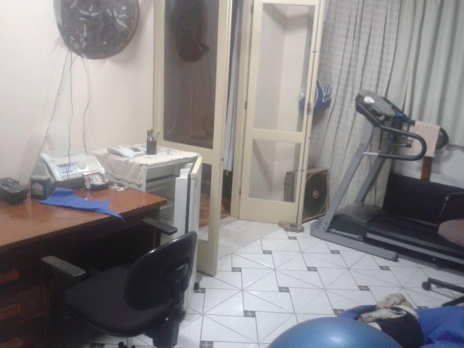 escrivaninha, esteira, frigobar