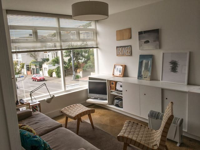 Cosy Room in Cool Handy to City Apartment