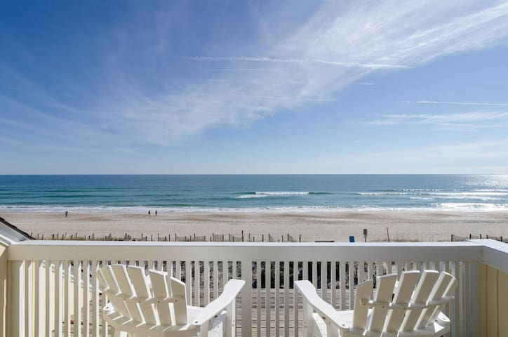 Viamar-Modern oceanfront townhouse located in the center of Wrightsville Beach