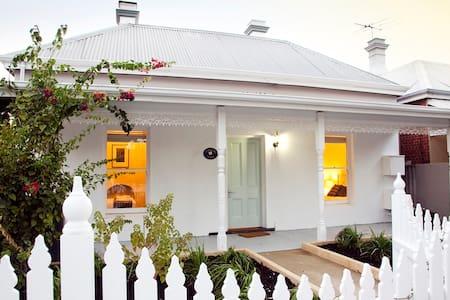 Kookaburra Cottage by Rokeby Road