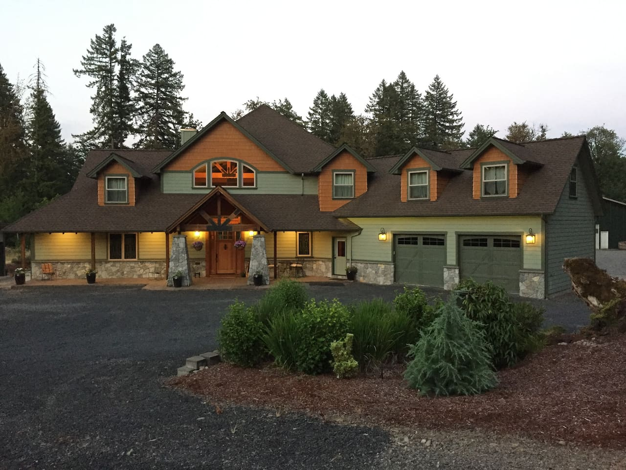 Queen Room Cascade Mountain Lodge - Houses for Rent in Lyons, Oregon ...