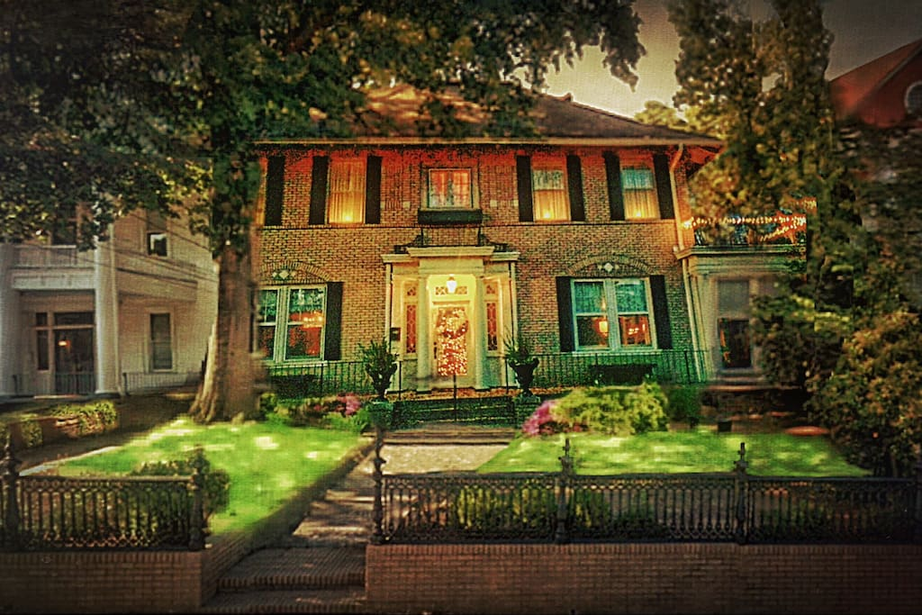 The Harwood Cottage is our 1923 Yellow Brick Georgian which may have you 'over the rainbow' with its charm & Jazz Era details. She stands at the heart of The Vineville Neighborhood Historic District, protected by The National Trustdc. Sadat