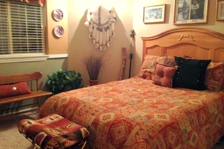 Enjoy The Winchester House's Bev Doolittle BedRoom - Сент-Джордж