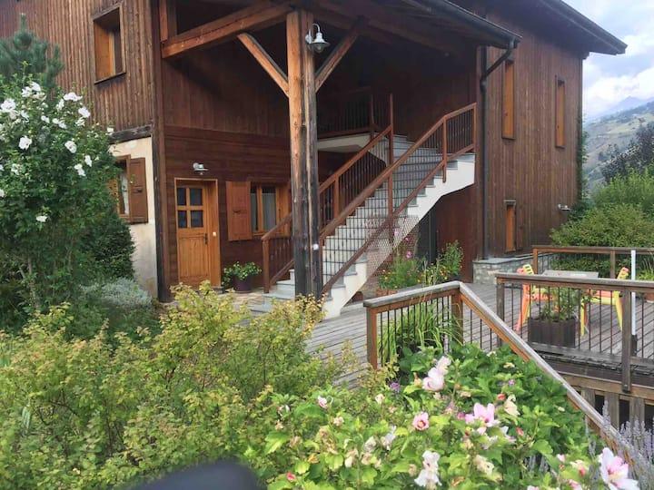 studio avec terrasse et vue montagne