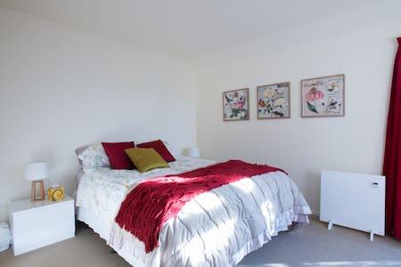 Comfortable Queen room with ensuite - Wellington