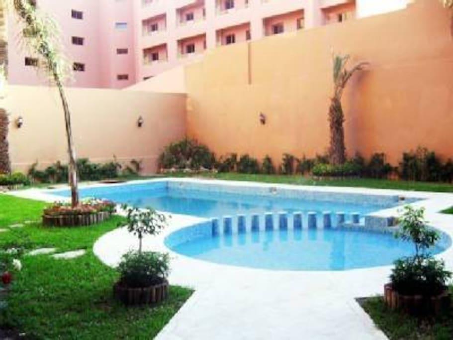 la résidence avec la piscine et son jardin privée