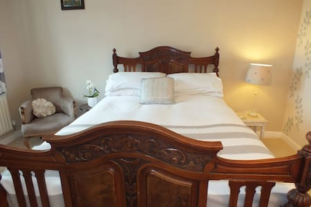 Spacious room, feature double bed. Private bath. - Whiteley - Casa