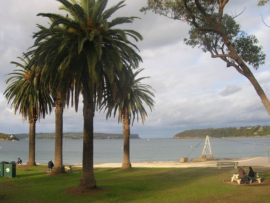 Local beach Balmoral 5 minute drive away or a 20- 25  minute walk. Great cafes swimming & parks.