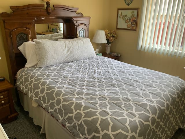 Beautiful quiet Home. 15 Min Drive to UofO. Room 1