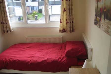 Newly refurbished bright and airy single room - Hertford - Ház