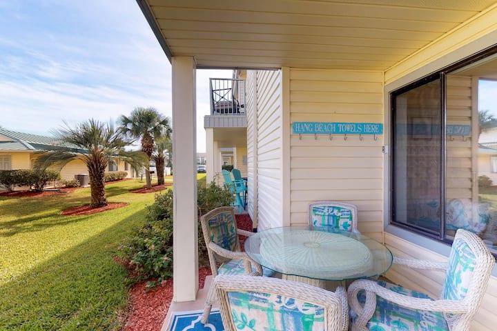 Beach-themed condo w/shared pool, easy beach access, patio & outdoor dining area