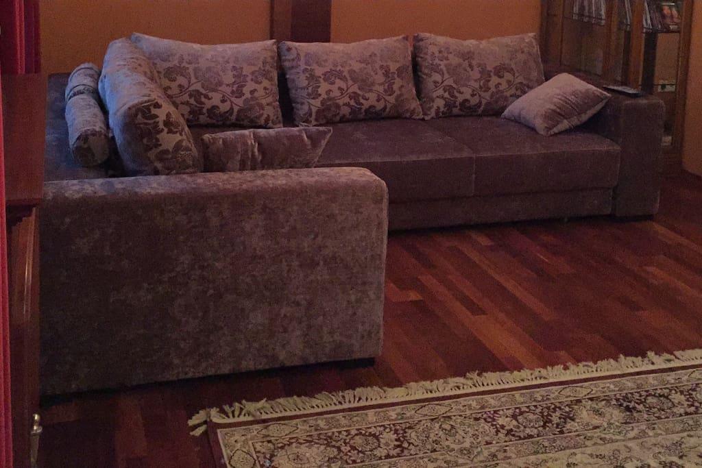 Двуспальный диван в гостиной