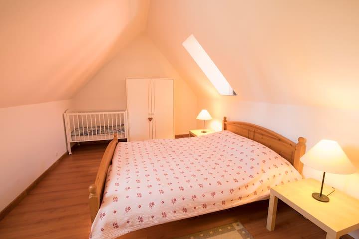 Chambre adultes - lit king size 160x200cm - lit à barreaux bébé - grande armoire penderie