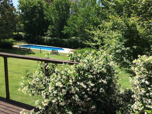 Espectacular casa con parrilla, pileta y jardín!