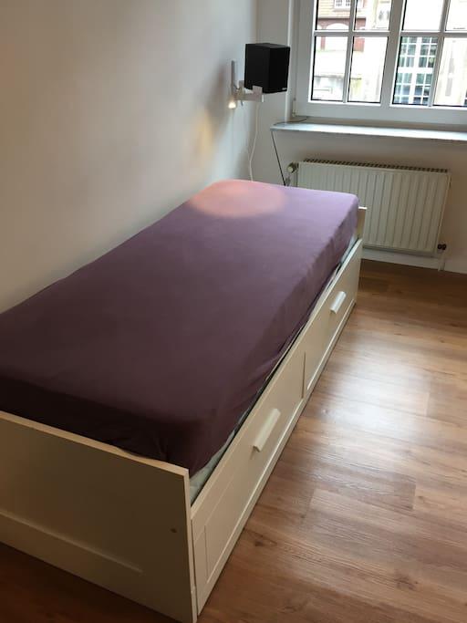 Bett kann ausgezogen werden. Es ist dann 1,6m breit.
