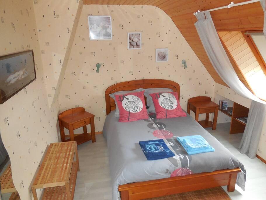Chambre avec 1 lit 140x190 , TV .