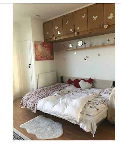 Warm and cozy studio flat, amazing aria of london