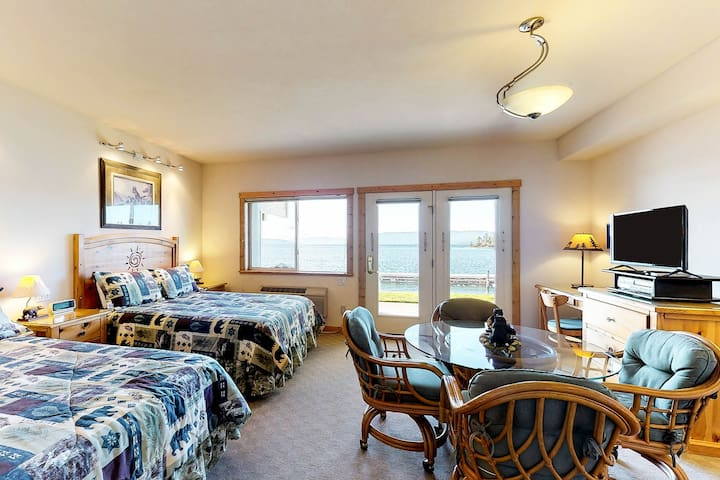 Lakefront studio condo w/shared docks, bay/mountain views