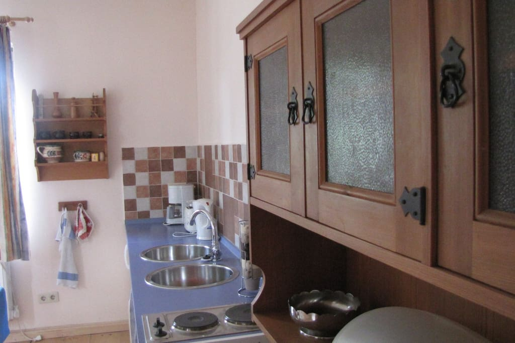 Die Küchenzeile ist komplett ausgestattet.