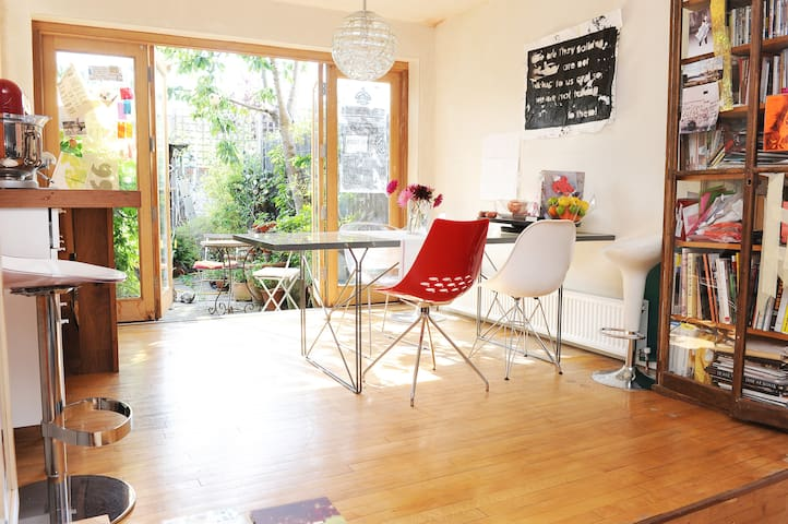 5* Artist's Sunny London House, Zone 1 in 10 Mins!