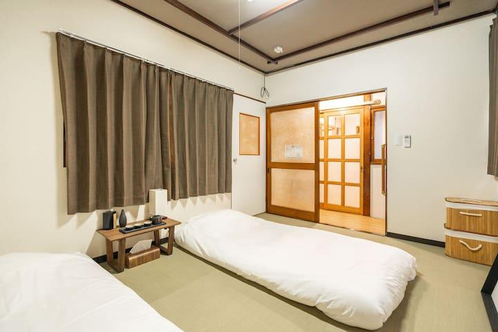 一楼卧室【I 砺】2单人床,带窗 Bedroom on the 1st floor , 2 single beds , with windows .