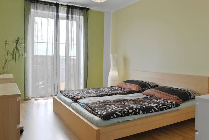 Cozy Apartment with Large Terrace - Prag - Wohnung