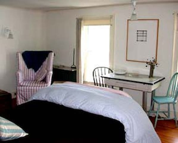 200 yr old farmhouse /North Room - East Hampton - Bed & Breakfast