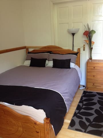Clean double bedroom with a Single bed