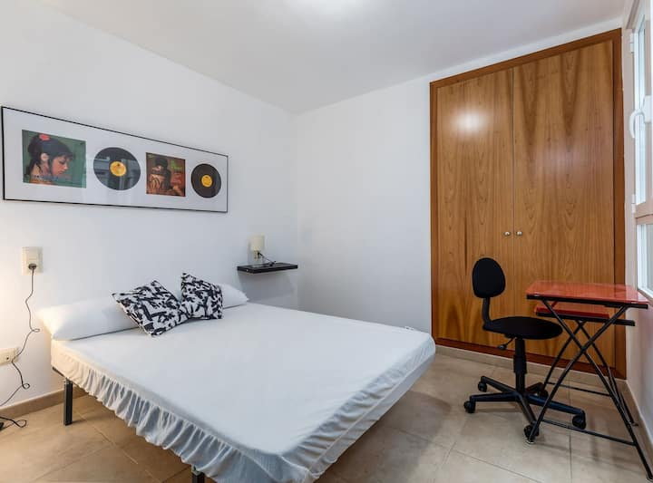 Amplia habitación con baño privado cerca de Ruzafa