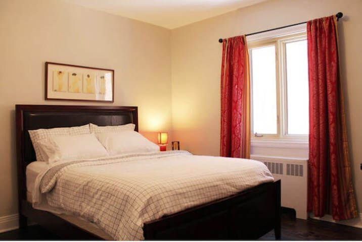 Cozy Private Room, GREAT Bed, Steps from Metro - Montréal - Appartement