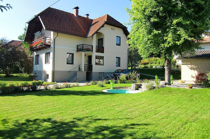 Charming Villa close to Lake - Krumpendorf am Wörthersee - Huis