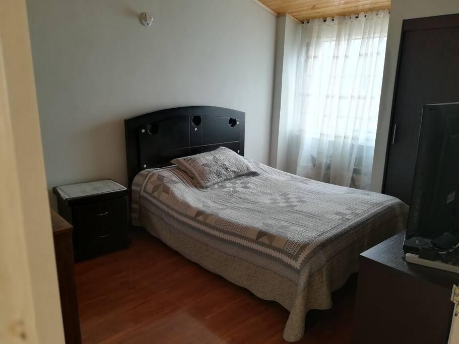 Habitación: Cama familiar + cama armarle para otra persona + mesa personal y escritorio