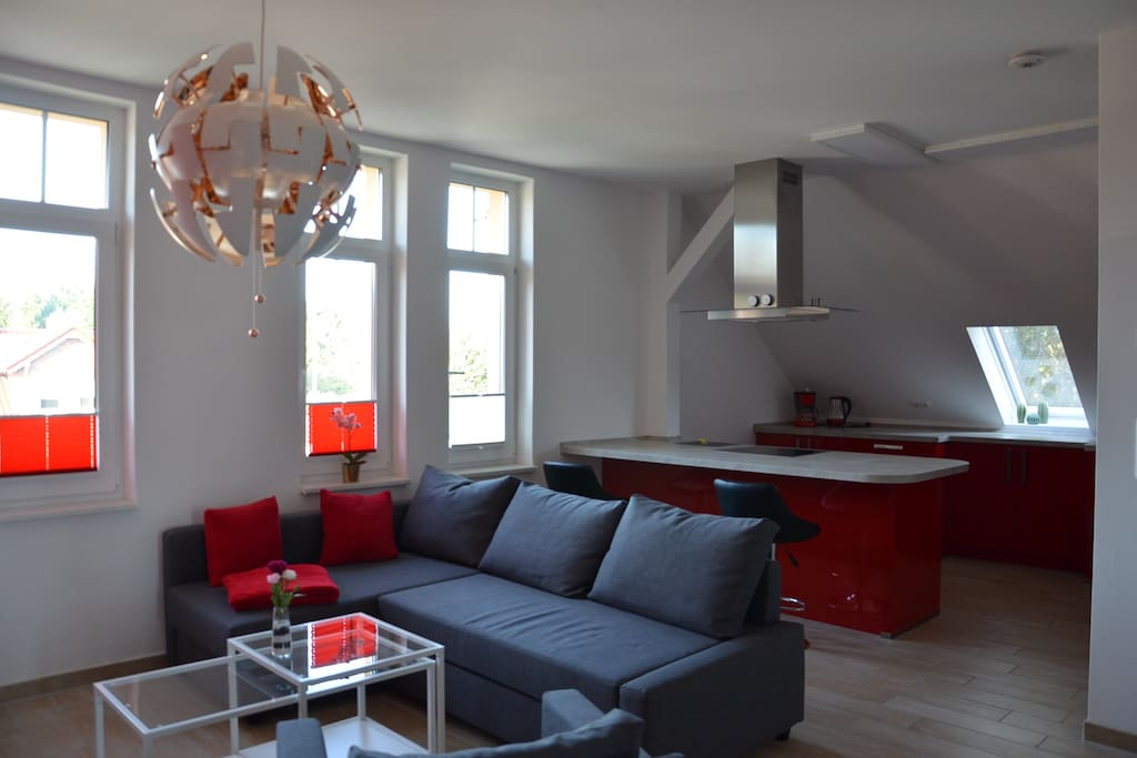 Blick aus dem Wohnzimmer in die Wohnküche