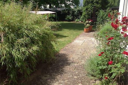 Charmantes Haus mit Garten - Rumah