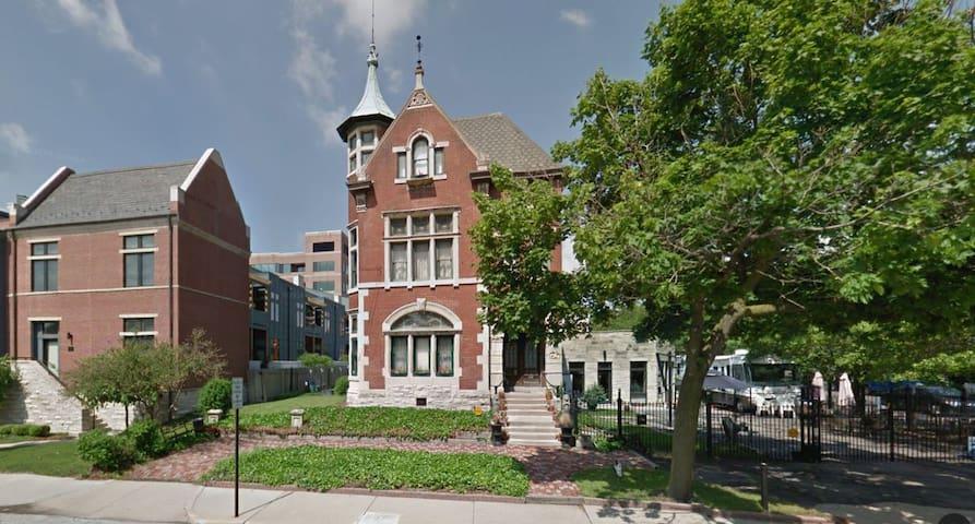 Historic Mansion onthe Mile B&B - Warren Suite